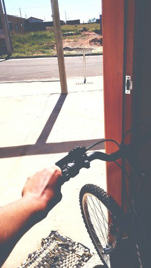 """""""O negócio mesmo não era nem a bicicleta, nem as pedaladas que ela daria até o """" destino"""" ( que no final, se localizava no início) mais sim, a forma como o seu coração se abria quando o vento bagunçava os seus cabelos e ela sabia... Que era só ela e a Vida 💙 Maisquedia Toxonada"""