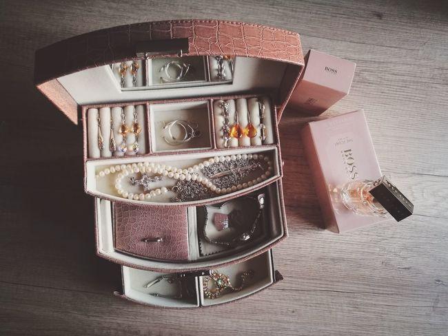 Jewellery Jewelry Jewels Feminine Style Femininity Earrings! Bangle Earring  Luxury Necklace Parfum Hugoboss Large Group Of Objects Jewelry Box Lifestyles Lifestyle From Above  Woman Accessories Accessoires Styling Case Box Style Parfume Hugo Boss