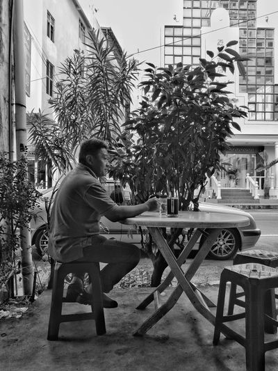 One Person Day Sitting Real People Side View One Man Only Outdoors Tree Full Length People Palm Tree Only Men Adult Building Exterior Adults Only Sky Young Adult Huawei P9 Plus Monochrome Mono Monochrome Photography Domestic Animals HuaweiP9 Huawei P9 Leica Huaweiphotography HuaweiP9Photography