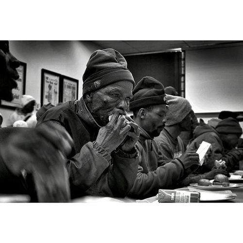 Stepen Schalkwyk (56), n koerantverkoper van Heidedal, Bloemfontein, smul aan n lekker vetkoek met maalvleis. @netwerk_24 Newspaper Selling Southafrica Southafricanfood Enjoyinglife  Mycameraandi Photojournalist Humble Vetkoek Everyday Eyeforphotography Lovephotography