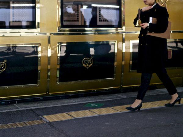 ( Departure ) Bell Girl Walkin : Platform No1, Nagsaki Station. JR KYUSHU SWEET TRAIN ARU RESSHA Cool Struttin' / Design & Story TRAIN JR Kyushu On The Platform Out Of Focus Showcase: December Streetphoto_color Working Girl 或る列車 長崎駅 50mm F1.8 EyeEm No.1910