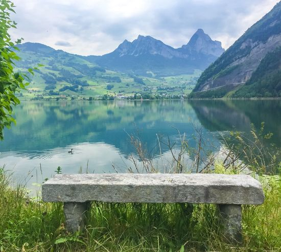 Stone Bench with a view 👀✨ Stonebench Bench Bank Berge Mountain Reflections Spiegelung Ente Schweiz SwitzerlandLake Water Nature Beauty In Nature Reflection Scenics Tranquility Day Mountain Range Tranquil Scene Outdoors Sky No People Cloud - Sky Grass