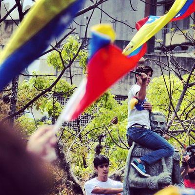 1M 1marzo Chacaito Venezuela sosvenezuela ResistenciaVzla sos laverdad estudiantes gobiernocorructo prayForVenezuela fuerza elquesecansapierde marcha porlapaz caracas universidades paz resistencia laluchasigue pancartas bandera plazabrion caracas universidades photo foto espanol