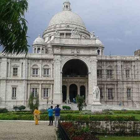 The Victoria Memorial is a large marble building in Kolkata (Calcutta),West Bengal, India which was built between 1906 and 1921. It is dedicated to the memory of Queen Victoria (1819–1901) and is now a museum and tourist destination. Memorial Queen Queenvictoria Thebritishraj Eastindiacompany Greatbritan India Kolkata Instagram Instagood Instalike Victoriapalace Museum Most_deserving Architecture Buildings Monuments Heritage