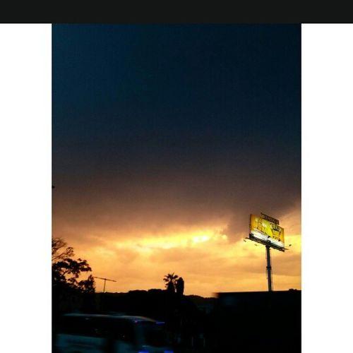 No es cualquier tarde. Sunset Tardecaleña Caminante Fotourbana Huawei Cali Colombia Citylifecol Yocreoencali