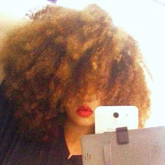 Can't hear you over the volume of my hair.🙅 Redbrownhair Ginger Redhead Goldencurls Girlswithcurls  Kinkyhair CoilyHair Afrohair Halfcast Mulatta Naturalhair Healthyhairjourney Lips Redlips Stubbornhair Latinahair Fro Headfullofhair BadQuality