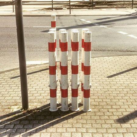 Sicher ist sicher! Lieber zuviel als zuwenig Sperrpfosten aufstellen. 🙈 Köln Kolle
