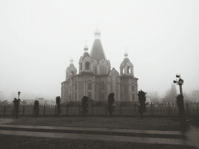 Наша церковь в тумане...мрачненько...