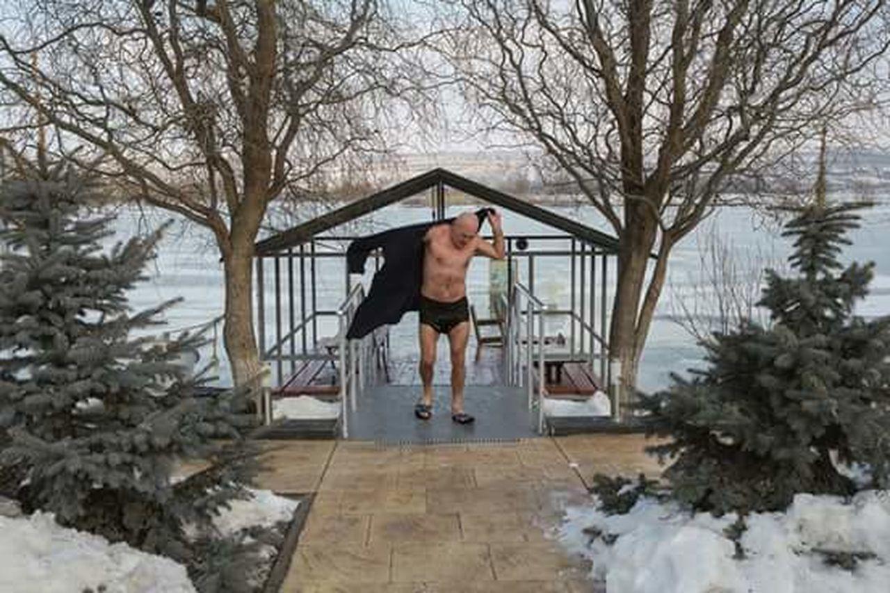 FULL LENGTH OF MAN IN SNOW
