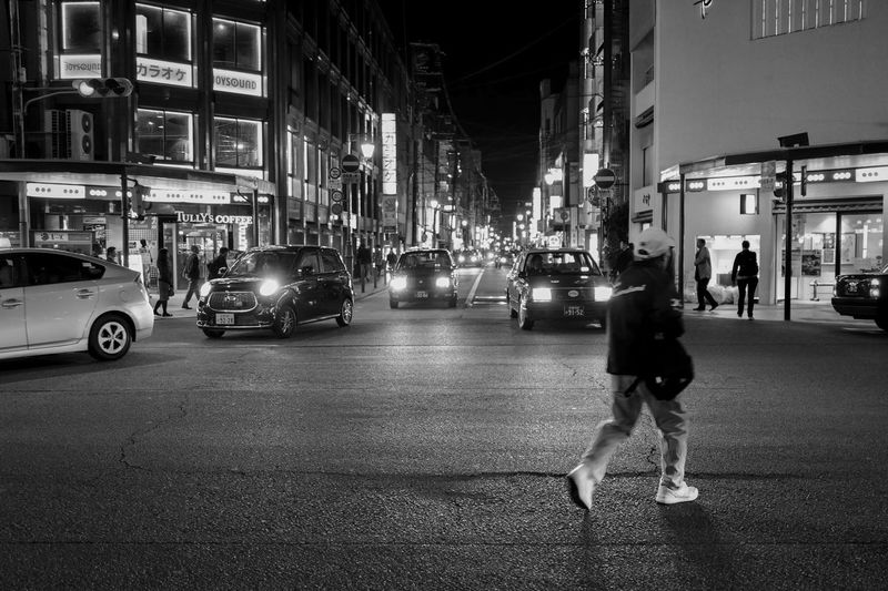 black & white Night in Gion : travel distinctions Shijo dori / Hanamikoji cross Leica Q 35mm No filter No Flash Handheld full Frame Night Walker Snapshot Kyoto Street Photography Travel Destinations LEICA Q Typ116 35mm F1.8 Night Lights Nightphotography Crossing Personal Perspective Taxi Headlights Blackandwhite Photography Streetphoto_bw Street Photography City Building Exterior Architecture Street Real People Night Illuminated Incidental People City Life