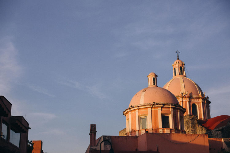 View of the parroquia santa maría de la asunción in tequisquiapan, mexico in the afternoon light