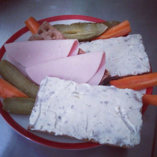 Mittagessen *-* Knäckebrot Gurken Möhren Karotten Lyoner Frischkäse Kräuter Lecker Essen Gesund Leichte Kost
