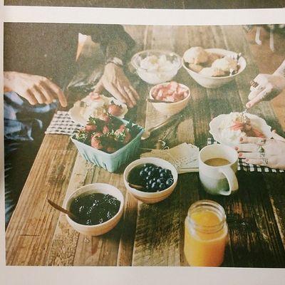북스타그램 책스타그램 요리책 사진책 킨포크 킨포크매거진 kinfolk 보다가 맘에드는 페이지포착 즉석으로 딸기쇼케이크해먹는장면!!! 딸기, 냉장된크림, 딸기, 쇼트케이크시트