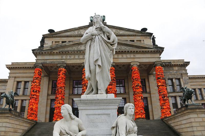 Konzerthaus Berlin mit Schwimmwesten-Verkleidung von Ai Weiwei Ai Weiwei Berlin Berlin Mitte Berlin-Mitte Deutschland Gendarmenmarkt Germany Konzerthaus Berlin Schwimmweste Refugees Mahnmal Kunst Art Artwork