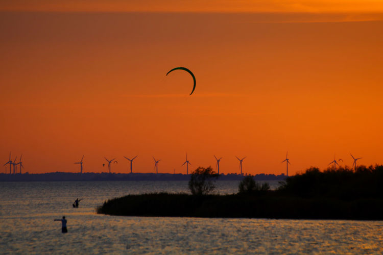 Sunset Paragliding Flying Water Sunset Multi Colored Beauty Extreme Sports Sport Silhouette Horizon Kite - Toy Kiteboarding Water Sport
