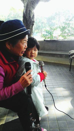 """可愛的阿媽孫子 會唱你""""若來台東"""""""