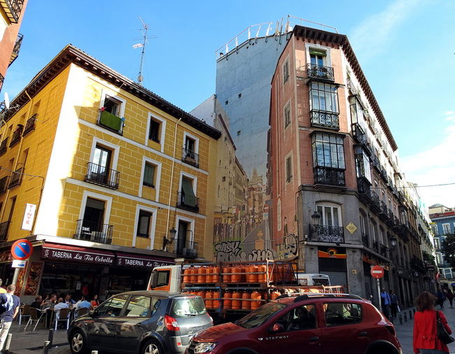 street and facade view in Madrid Building Exterior City City City Life Day Façade Graffiti Art Graffiti Wall Madrid Outdoors Sky SPAIN Spain♥ Street Street Photography Streetphotography Taberna Tavern  Traffic