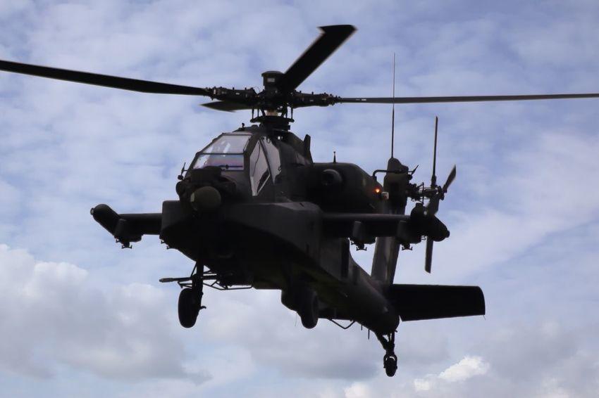 Een AH-64 Apache van de Nederlandse luchtmacht tijdens de opendagen van de luchtmacht 2016 op vliegbasis Leeuwarden. AH-64 Apache Leeuwarden Ah-64 Apache Helicopter Attack Helicopter Opendagen Luchtmacht 2016 Vliegbasis Leeuwarden Helicopter RNAF Military Airplane Military Transportation Klu Nederlandse Luchtmacht Groen