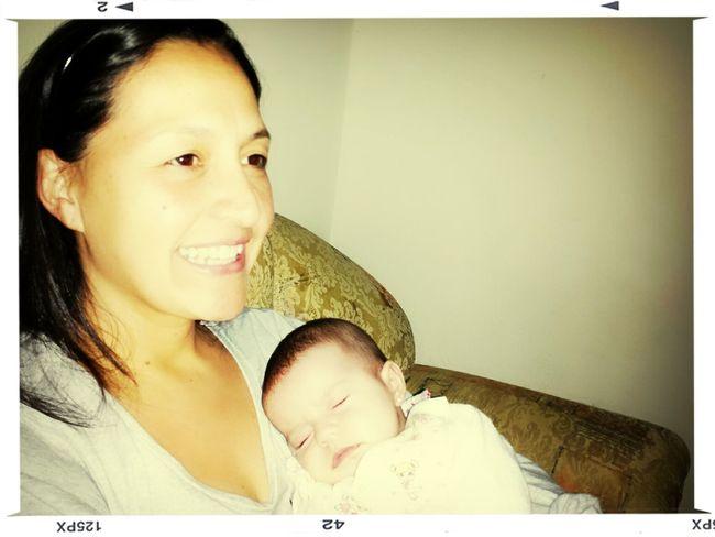 Alanna descansando no colo da mãe dela... Minha Vida Minha Bebê
