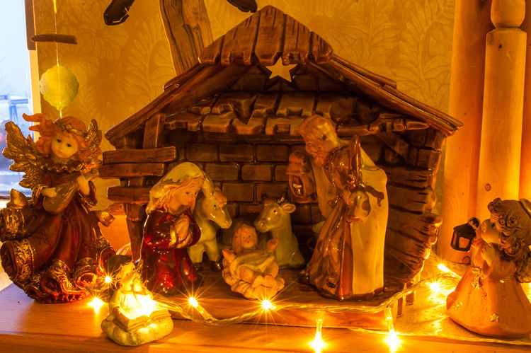 Weihnachtskrippe aus Ton Stimmungsbild Hofi Best Shots Hofi Hofis Premium Collection Stimmungsbild Hofi Lights Weihnachten Christmas Decoration Human Representation Illuminated Indoors  Night No People Place Of Worship Religion Sculpture Traditional Festival Weihnachtskrippe