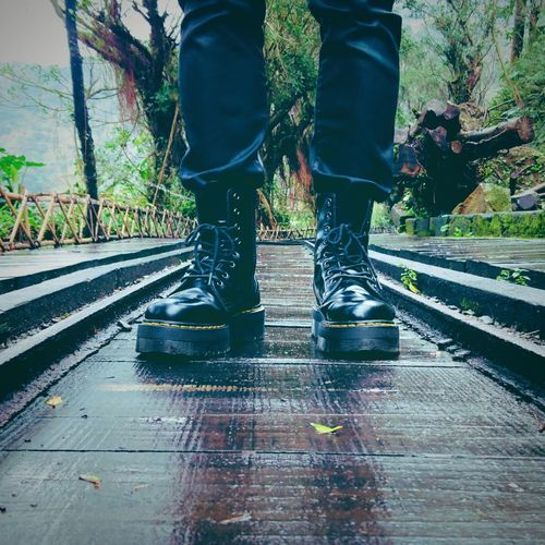Step into nature with Dr. Martens👣 DrMatens Nature Railway Rain Boots Drmatensjadon 馬汀大夫 馬丁靴 Mountain Scenery Jiufen Chiufen Travel Taiwan 九份 旅遊 鐵軌 台灣