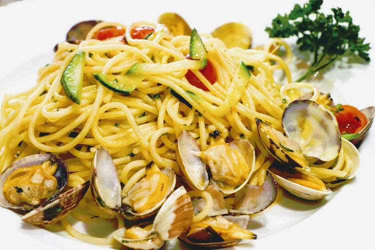dilicious Spaghetti vongole, typical tasty italian cuisine-dish, lunchtime in a restaurant in Venice. Restaurant Tomatoes Lunch Traditional Typical Noodles Meal Dinner Table Dilicious Dish Vongole Tasty😋 Cooking EyeEm Selects Italian Food Seafood Plate Main Course Close-up Food And Drink Pasta Mussel Spaghetti Basil Garlic Olive Oil Tagliatelle Parmesan Cheese Prepared