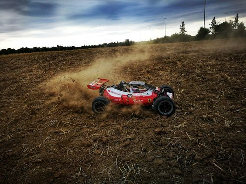 R / C Car in Aktion. Sports Race Auto Racing Racecar Motorsport Desert Competition Speed Summer Sky Off-road Vehicle Motorcycle Racing 4x4