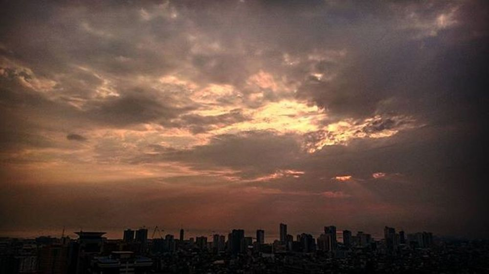 05/12/2016 Sunset Sunsetpictures Sunsetcaptures Sunsetporn Makati Makaticity Philihappy Enchanting_sunsets Cloudy Cloudysunset Sunsetsky