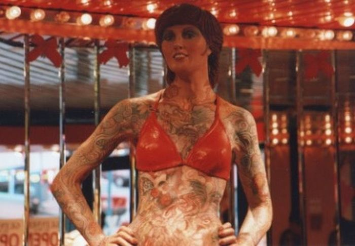 Interesting art! Dancerslife Front View Indoors  Multible Mirrors Red And More Red Reflections In Mirrors Tatoo Art Tattooedwomen