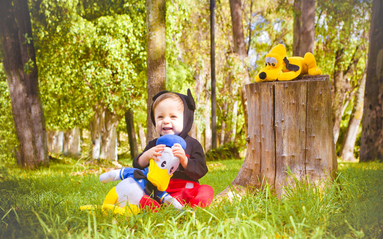 Bebe y peluches Arboles Baby Babyhood Bebe Bosque Childhood Day Forest Grass Happiness Happiness Niño Outdoors People Playing Riendo Smiling Sonrisa Tree