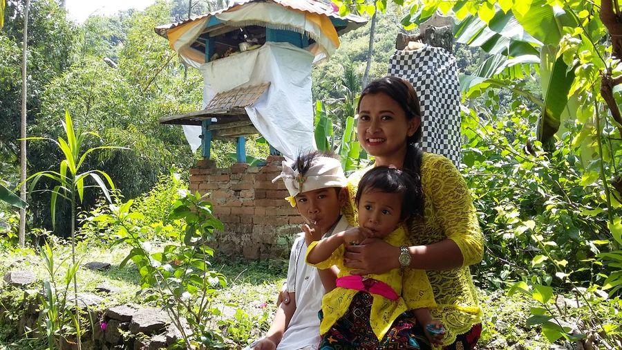 I love her smile Womenwhoinspireyou Youngmom Balinesse Balineseclothe Village Life Tranquility Closetonature Green Color Nofilter Bestshotsofeyeem