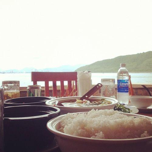 2 mẹ coan cùng a Tây đẹp chai ăn trưa free :X Mỗi ngày đc free 3 bữa ăn, tối đc buffet hải sản luônnn!