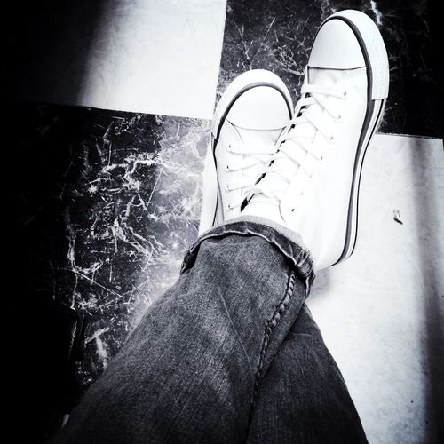 In love w/ my new converse ??? Hanging Out Hello World That's Me Taking Photos I Love Converse White Converse