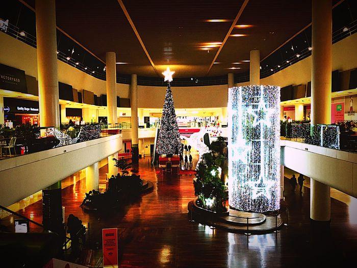 Préparatifs de Noël Illuminated Architecture Night Indoors  Noël Cadeaux Grande Arche De La Défense La Défense Père Noël Etoiles Sapin De Noël