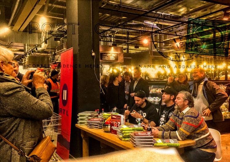 "Autogrammstunde im neuen real,– ""Markt-Halle"" mit den Kochprofis und RTL IIAutogrammstunde Adult Adults Only Autogrammkarte Autogrammstunde Christmas Decoration Group Of People Illuminated Indoors  Kochprofis Men Only Men People RTL II Women Young Adult"