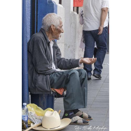 Calle Callejeando Callejero Hombre Mayor Limosna Pobresa Man Poor  Poorpeople Poor People  Poorman Vagabundo Dinero Dia Hambre Lastima Tristeza Sufrimiento