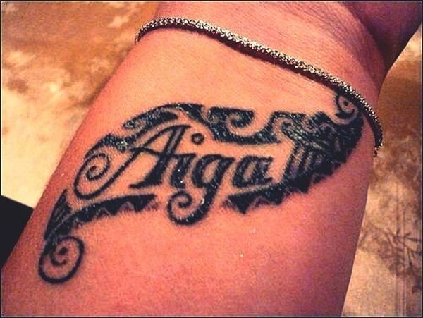 De want to get my moms name like this on my wrist ❤