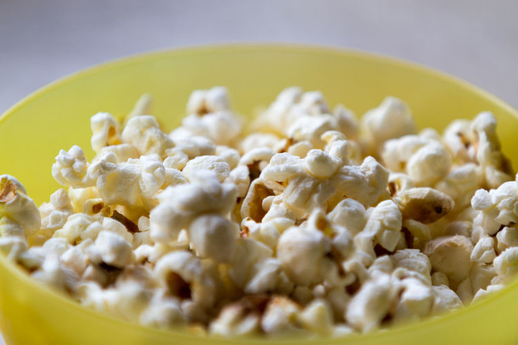 Popcorn and movies go so well together Movie Watching Movie Time Popcorn Bowl Close-up Food Food And Drink Healthy Eating No People Popcorn🌽👌 Ready-to-eat