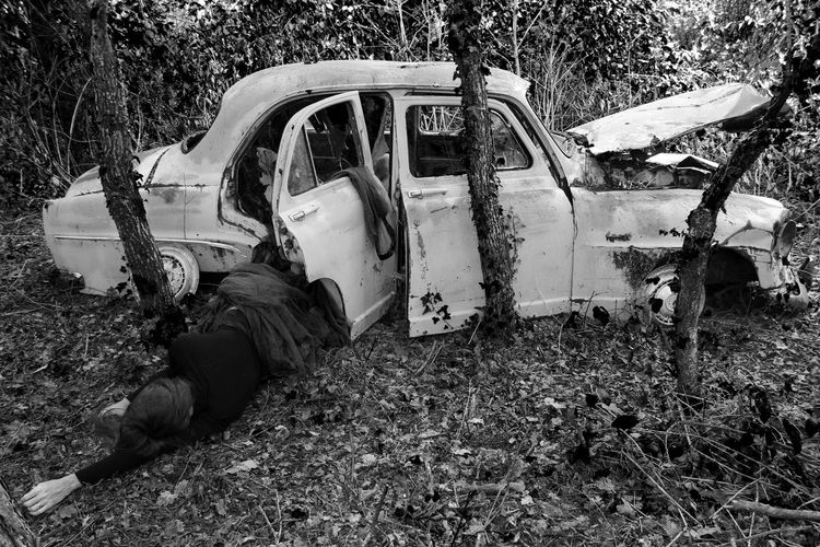 Voiture Retro Abandoned Accident Black And White Photography Blackandwhite Damaged Day Destruction Field Nature Outdoors Scene De Crime Scenery Tree