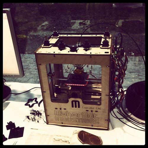 Wow! Der erste MakerBot, den ich im Live-Betrieb sehe! MakerBot