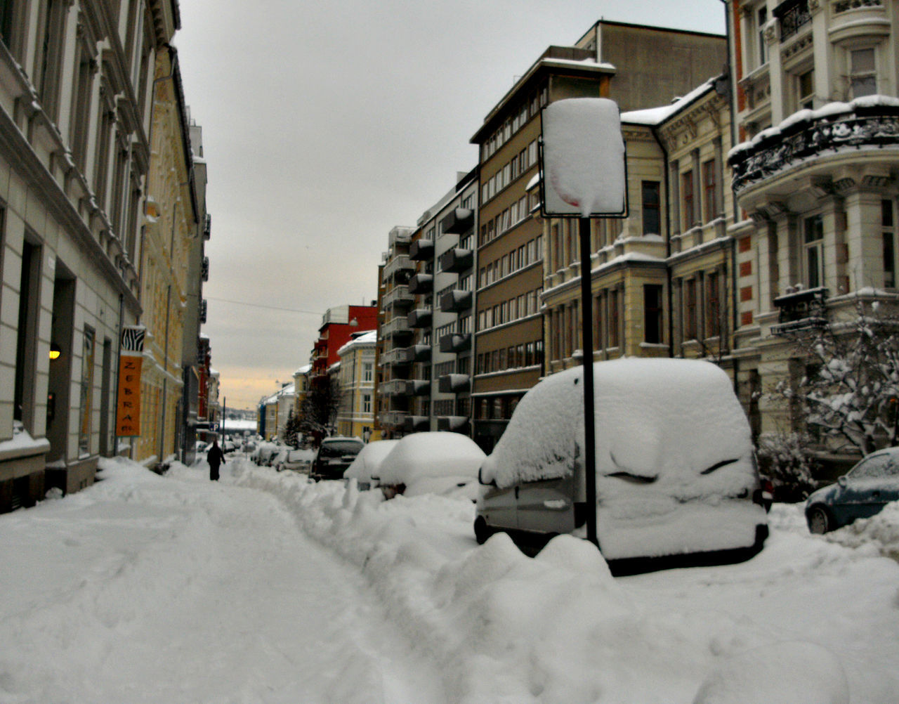 snow, cold temperature, winter, building exterior, built structure, architecture, city, nature, building, mode of transportation, white color, covering, car, motor vehicle, land vehicle, day, transportation, residential district, sky, no people, outdoors, snowing