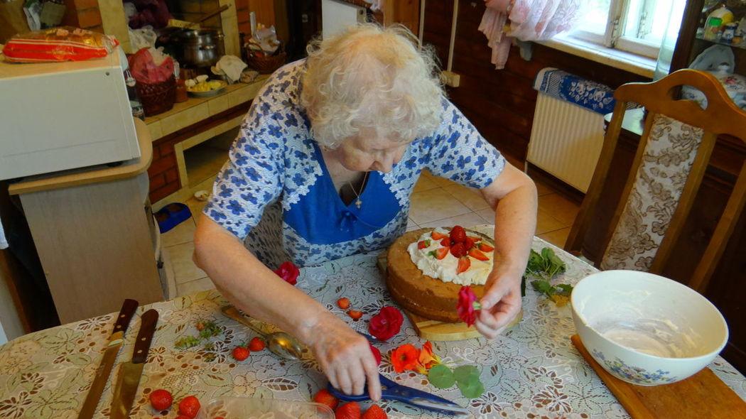 Моя мама испекла бисквитный торт со взбитыми сливками и шоколадом. Для его украшения она использует чайные розы, цветы настурции и листья мелиссы или лимонной мяты. Это ее подарок на восемнадцатилетие нашей соседке Олечке. Мы так же поздравим ее с поступлением в Российский химико-технологический университет имени Д. И. Менделеева в г. Москва. Ура!!! My mom baked a sponge cake with whipped cream and chocolate. For decoration she uses tea roses, nasturtium flowers and leaves of lemon balm or lemon mint. It was her eighteenth birthday present for our neighbor Olga. We are also going to surprise her with the arrival of a Russian chemical-technological University named by D. I. Mendeleev in Moscow. Hurray!!! Cakes Chocolate Chocolates Chocolate♡ Cooking Cooking At Home Looking At Camera Mom's Cooking Russia Zhavoronki Cake Cake Time Cake♥ Chocolate Cake Flowers Flowers_collection Lemon Balm Lemon Mint Nasturtium Nasturtium Flowers Roses Roses🌹 Tea Roses Whipped Cream мамина стряпня