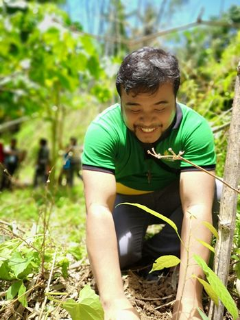 Planting tree ctto @airixh Planting Trees SaveMotherEarth GrowGreen Smiling Happiness Cheerful Men