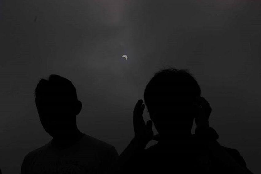 Mahasiswa astronomi ITB melakukan salat gerhana saat berlangsungnya gerhana matahari sebagian di Monumen Perjuangan, Bandung, Jawa Barat. Rabu 9 Maret 2016. 12 Provinsi di Indonesia dilintasi Gerhana Matahari Total, namun Kota Bandung hanya 88 persen. Indonesia merupakan satu-satunya negara yang dapat menikmati gerhana matahari Total diwilayah daratan. TEMPO/Aditya Herlambang Putra Gerhanamatahari Pfibandung Tempo Tempofoto Korantempo Majalahtempo Tempo .co Tempophoto Bingkainegeri GMT Solareclipse Pewartafotoindonesia Gmt2016 Ngigmt2016