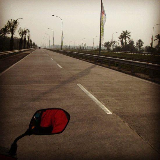 Selamat pagi jembatan layang penghubung Kuala Namu dengan jalan sekitarnya :) Foto diambil 3 minggu sebelum hari pertama pengoperasian bandara Instanusantara Instanusantaramedan Instamedan Airport medan indonesia beautiful
