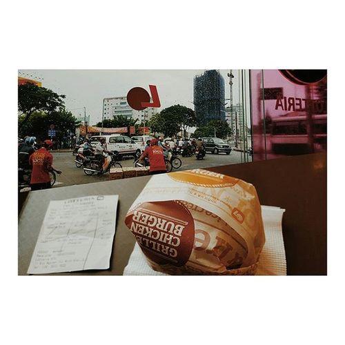 初ロッテリア 店内の爆音でかかってたBGMと子どもたちの叫び声がミックスされて戦場のような場所でした。 ベトリナ ベトナム ロッテリア もう行かないかな 1回で満足シリーズ Went to Lotteria to have a burger in Vietnam for the first (and probably last!) time 🙊 Nooffence Ididntlikeit Nomorejunkfood
