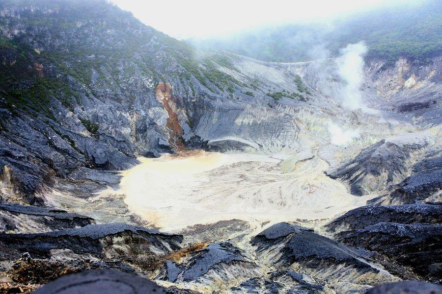 Crater Tangkubanperahumountain Outdoors Nature Day EyeEmNewHere Tangkuban Parahu Volcano Tangkubanperahu The Week On EyeEm Vulcano Volcanic Landscape Day Rains EyeEm Best Shots - Nature