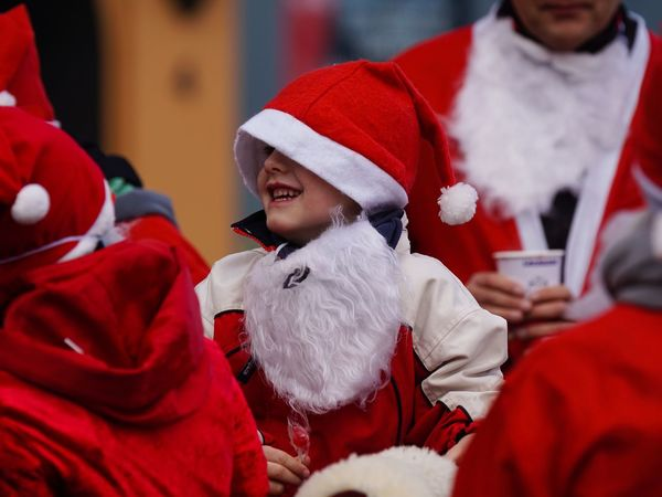Santas Fun Run Santa Claus Celebration Event Traditional Clothing Christmas Red Santa Hat Charity Event Für Den Guten Zweck Flensburger Förde Weihnachten 2016 Santa Claus Santas Run Santa Flensburg Germany Flensburger Hafen