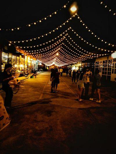 ตลาดน้ำรถไฟ กทม. Bangkok Thailand. High Angle View Friends บรรยากาศดี ตลาดนัดรถไฟ ศรีนครินทร์ ไฟ แสงสว่าง แสงและเงา เที่ยวยังไง_ให้ได้รูปสวยๆ เที่ยวไทย Illuminated Men