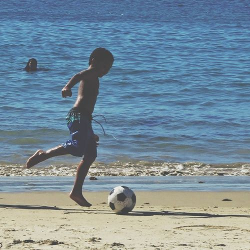Deixa o menino jogar Beach Soccer Soccer Ball Sand Sea Playing Ball Motion Sport People Outdoors Day Nature Wave Sportsman